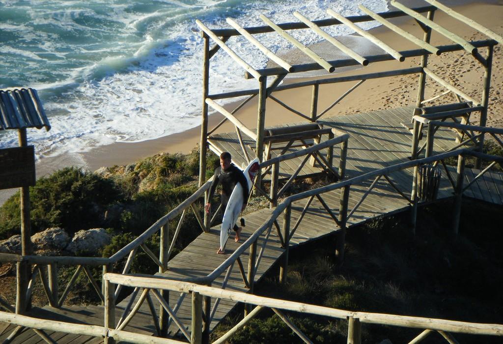 Surfista em Ribeira d'Ilhas. - ph. Mina Wanders