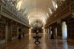 Exposição de livros sobre magia e oculto da biblioteca do Palácio de Mafra