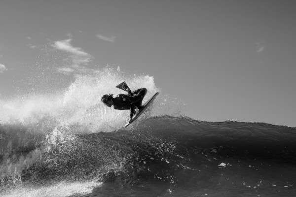Pierre-Louis Costes num air reverse intenso na Crazy Left. - ph. Luke Shadbolt