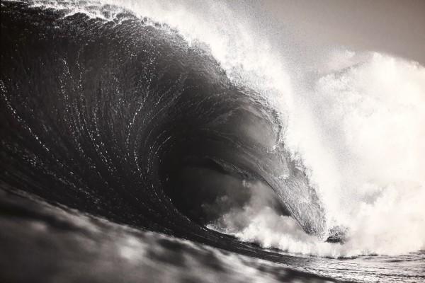 """É por esta onda e por outras que a Ericeira tem o estatuto de Reserva Mundial de Surf. Uma das fotografias patentes na exposição """"Pulsar"""", de Ricardo Bravo."""