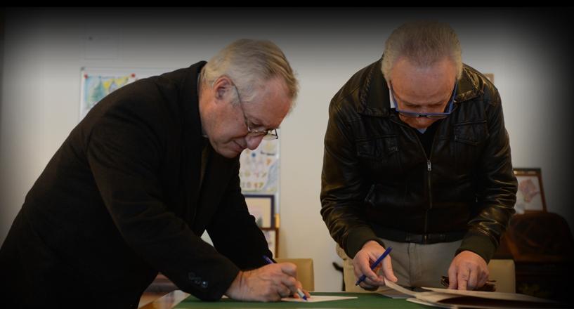 O Cónego Armindo Garcia e Pedro Santana Lopes na assinatura dos protocolos.
