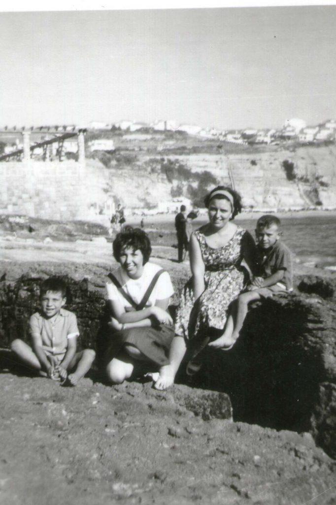 A escritora com uma prima e crianças, em 1961.