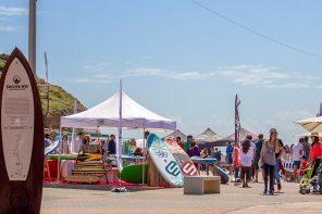 Ribeira d'Ilhas com surf nas ondas e mercado de praia