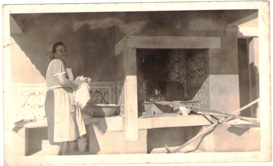 Teresa, avó de Ana Soares e irmã de Luzia, a cozer pão na quinta.