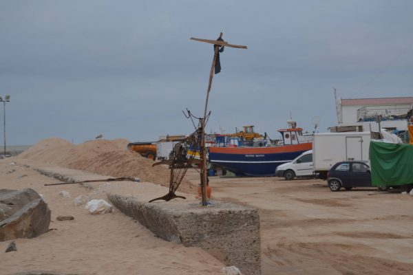 A cruz e o lenço preto são a bandeira do protesto destes homens do mar.