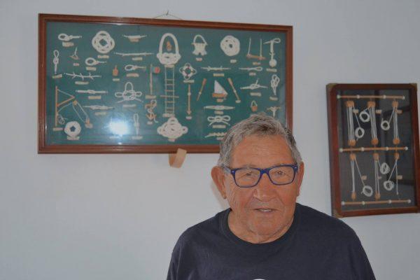 """Quim Silva, 79 anos, 72 de mar. Continua a ir à pesca, mas por terra. """"Faço a minha fisioterapia no mar""""."""