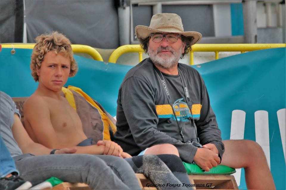Martim Carrasco com o pai, no Nacional de Surf da Figueira da Foz - ph. Gonçalo Forjaz Trigueiros