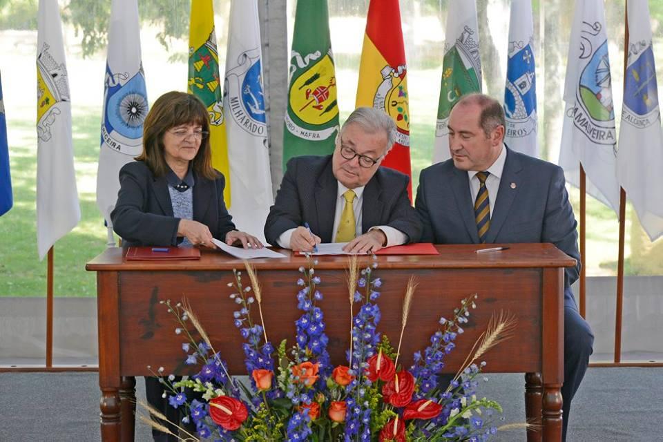 Assinatura de acordo relativo aos órgãos do Palácio.