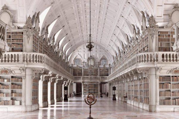 Biblioteca Palácio de Mafra - ph. Massimo Listri / Taschen