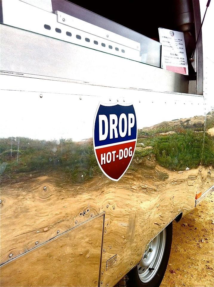 Responsável pelo Apoio de Praia, a DROP FOOD assegura a vigilância através de um nadador salvador e estão sempre lá, caso alguém se magoe ou necessite de curativos simples ou gelo. Mantêm ainda limpos os sanitários, assim como o acesso à praia.