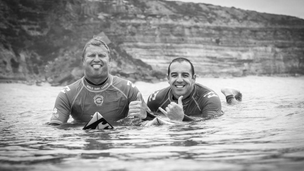 Tiago Pires e Taj Burrow - ph. WSL / Damien Poullenot