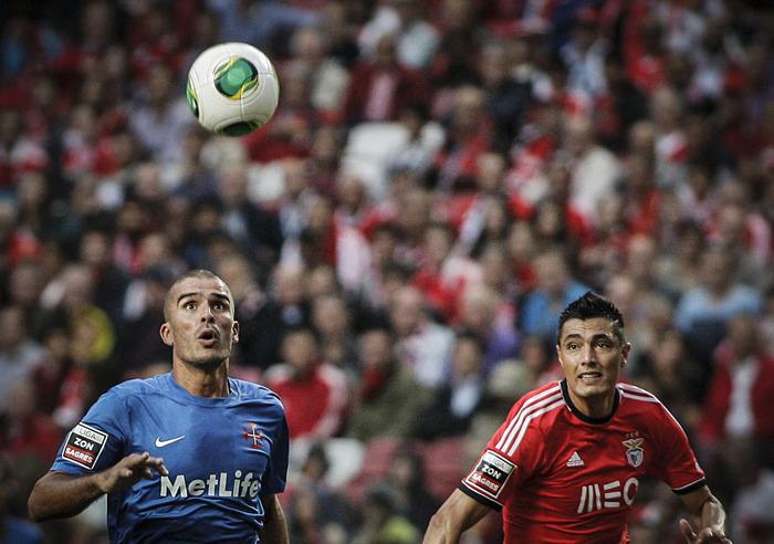 José Afonso em despique com Óscar Cardozo. - ph. Carlos Alberto Costa/zerozero.pt