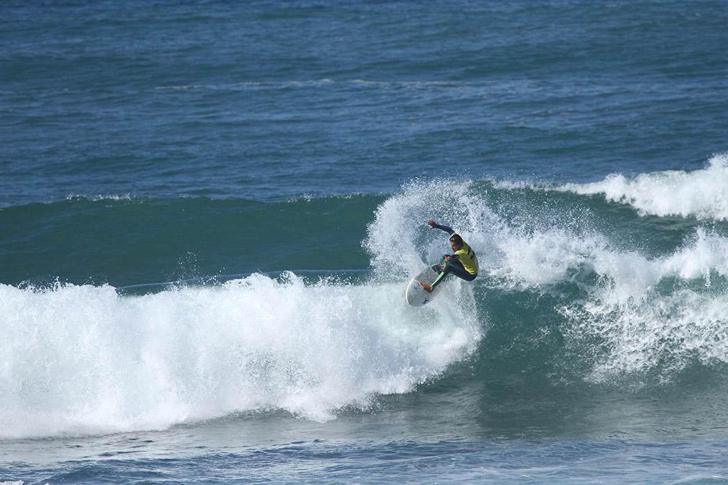 As ondas do primeiro dia permitiram ataques às junções. - ph. Nuno Cavaco
