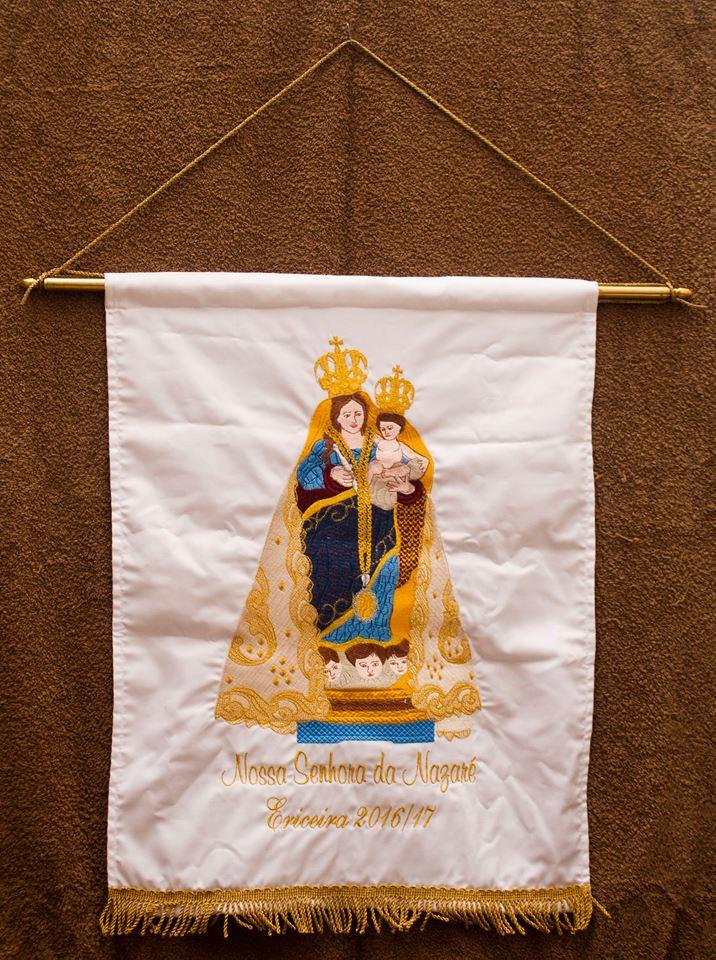 Estandarte da Nossa Senhora da Nazaré oferecido à Comissão de Festas, que já convidou a população a ornamentar portas e janelas com flores brancas e azuis.