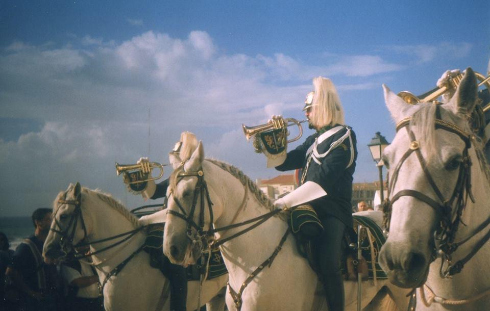 Os cavalos são uma das marcas desta festa, aqui em pleno centro da vila da Ericeira, no ano de 1999.