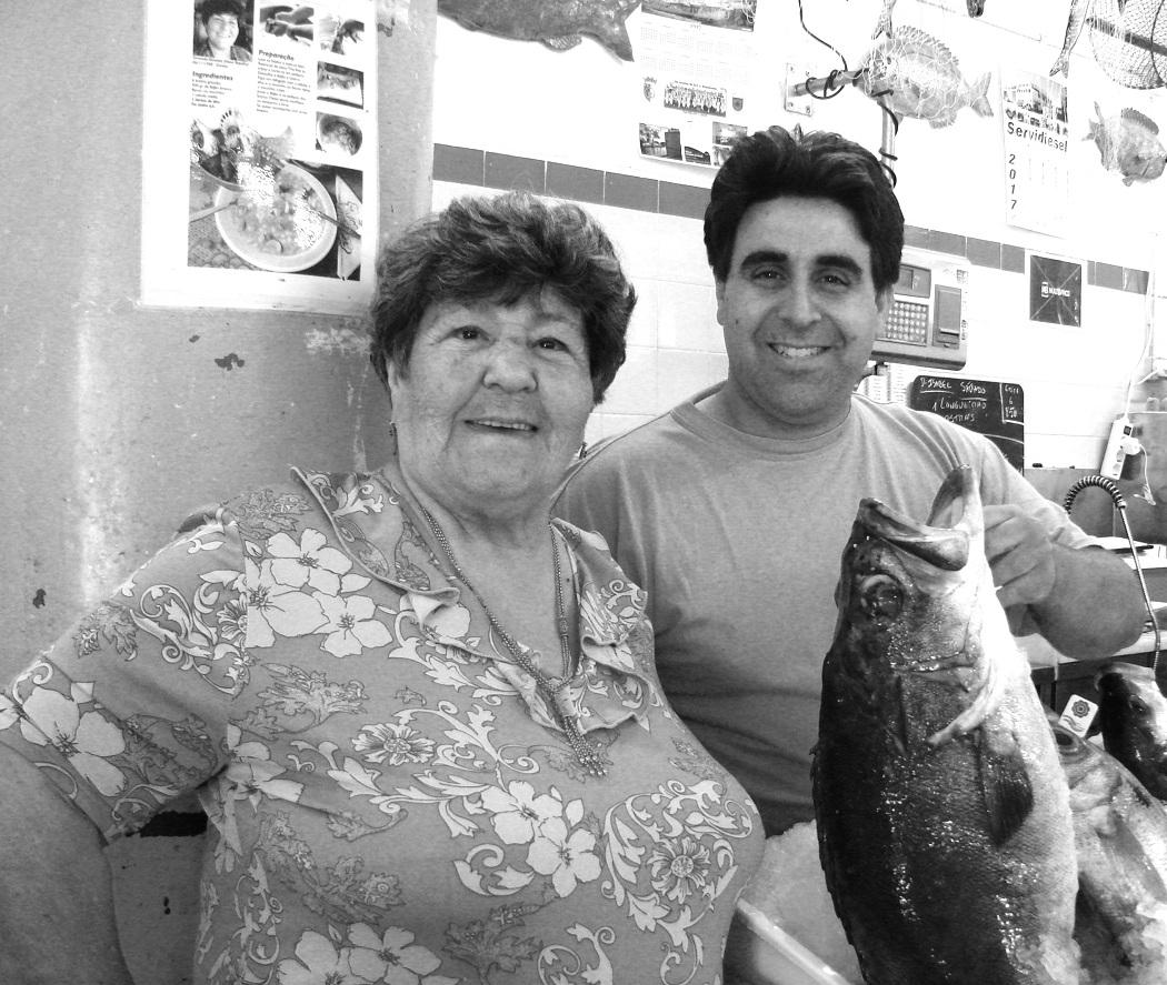 O peixe não tem segredos para ela. E afiança: «Não tenho medo de comprar. E o meu neto sai a mim».